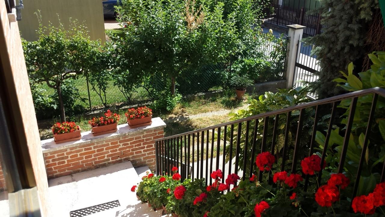 Casa singola disposta su due piani circondata da 320 mq di - Costo realizzazione giardino al mq ...